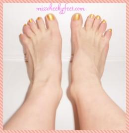 Toe spreading gold polish